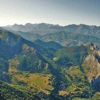 vista-alto-picos-europa-pueblos-dobres-y-cucayo-atardecer