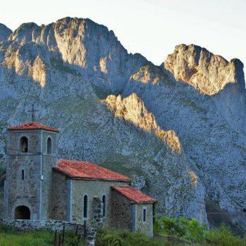 iglesia-dobres-cucayo-picos-europa-atardecer