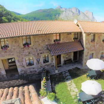 vista-aerea-jardin-viviendas-rurales-el-canton-liebana